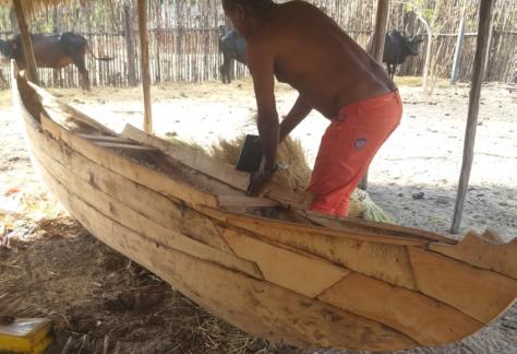 Construction d'une pirogue dans la région d'Ambanja
