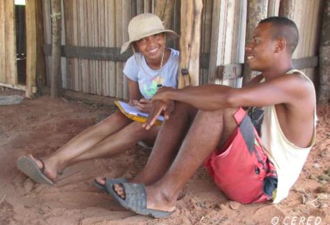 Enquête d'une étudiante du CERED auprès d'un pêcheur du village d'Antangena dans la baie de a Mahajamba , Mahajanga.